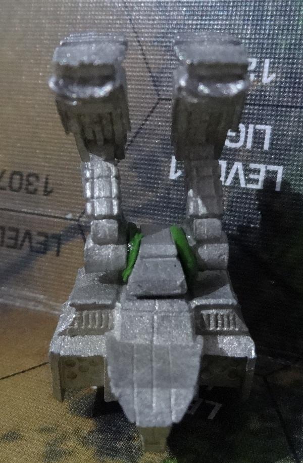 Wenn das getrocknet ist, kommen die Beine an die Reihe. Die Steckverbindungen sind zu dünn, daher solltet ihr hier gut mit Modelliermasse auffüllen.