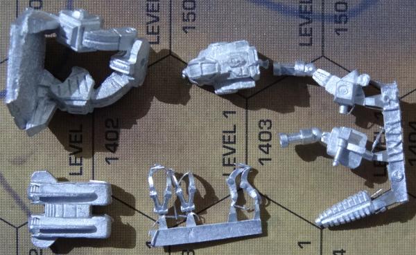 Folgende Teile sollten enthalten sein: Beine, Torso, Sprungdüsenpack, Hand-/Daumenleiste und Arm-/PPC-Leiste.