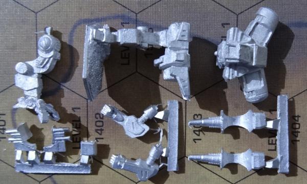 Folgende Teile sollten enthalten sein: Rechtes Bein, Linkes Bein mit Hüfte, Torso, Armleiste, Schulterwaffenleiste und eine Waffenleiste