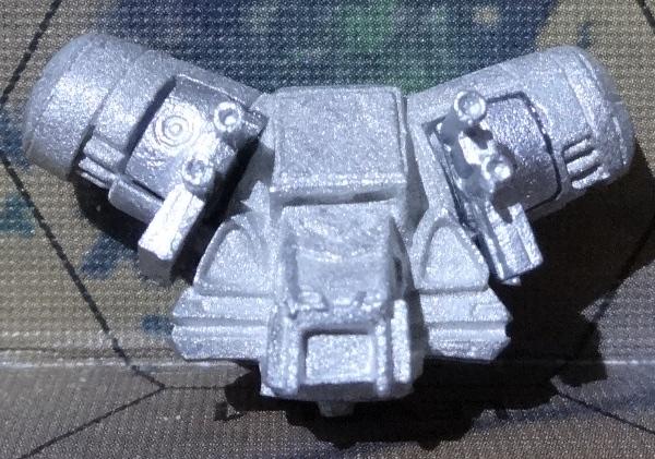 Nun kommen die Modulwaffen an den Torso. Achtet darauf, sie richtig herum anzubringen.