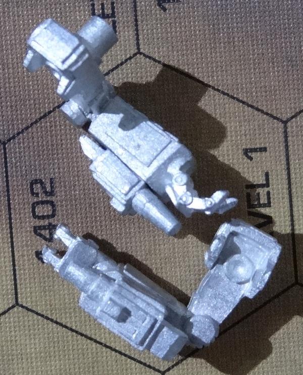 Als erstes klebt ihr die Arme und Armwaffen zusammen. Hierbei passen die Waffen jeweils nur auf ihren zugehörigen Arm, da die Stecker unterschiedlich weit voneinander entfernt sind.